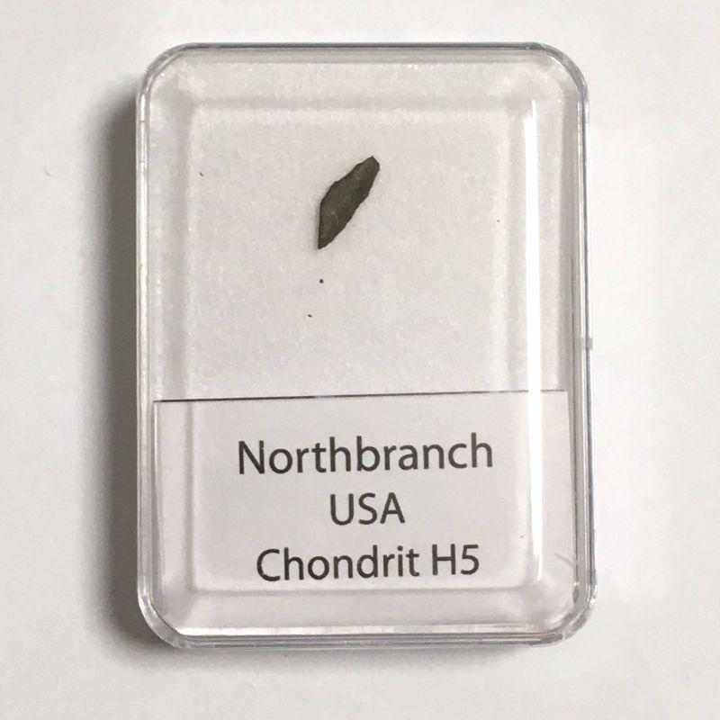 Kamenný meteorit z lokality Northbranch o váze 0,61 gramů E-meteority